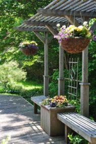 سایبان چوبی برای ویلا با نیمکت
